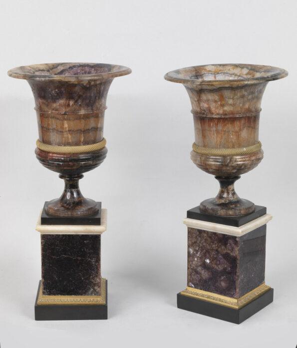 Coppia di vasi in blue john con raccordi in bronzo dorato
