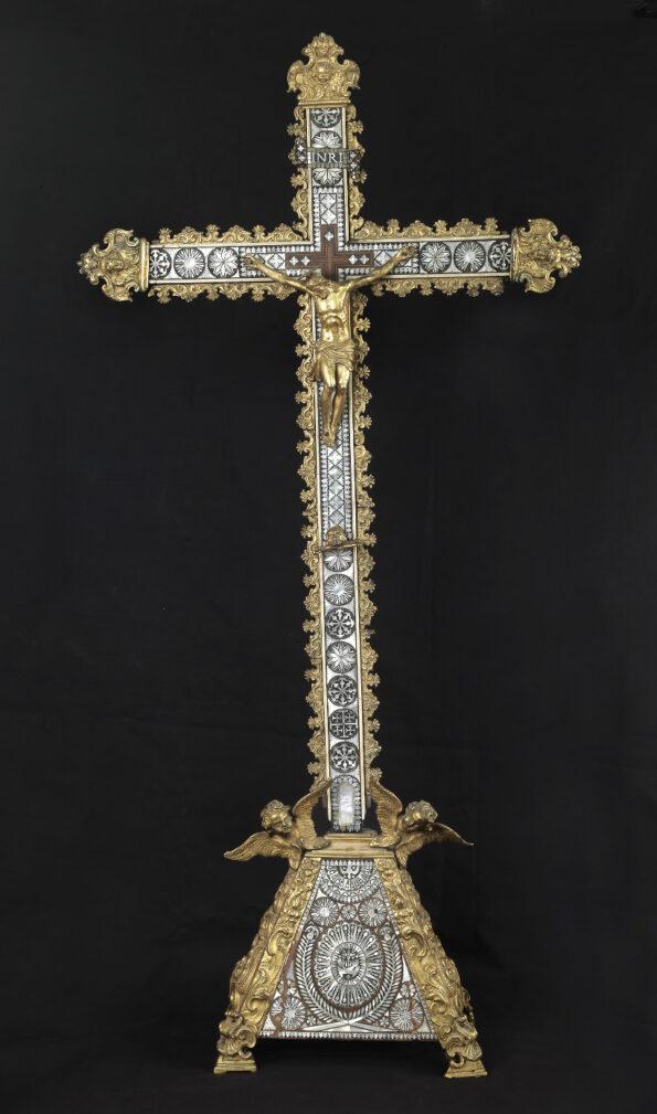Croce in legno intarsiata in madre perla avorio con applicazioni in bronzo dorato