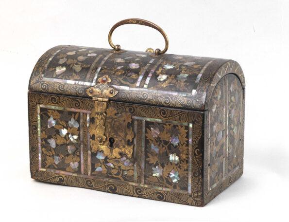 Cofanetto laccato e intarsiato in madreperla con applicazioni in bronzo dorato
