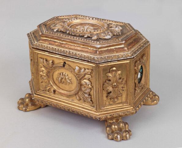 Scatola in legno dorato con applicazioni interne in pietre dure a motivi floreali