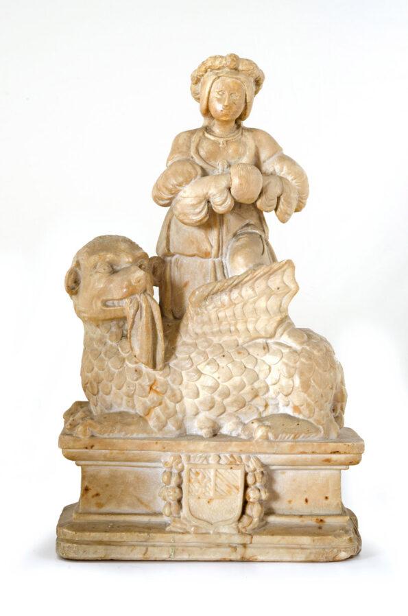Scultura in marmo raffigurante donna su leone alato