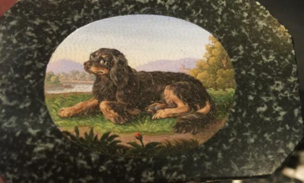Tabacchiera in porfido verde oro con micromosaico raffigurante cane Spaniel