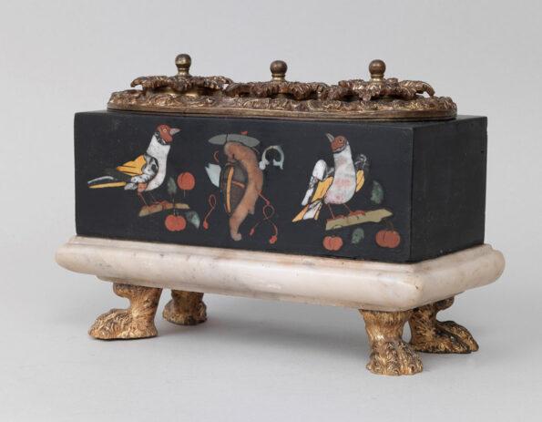 Calamaio in ardesia intarsiato a motivi di volatili con stemma gentilizio e applicazioni in bronzo dorato