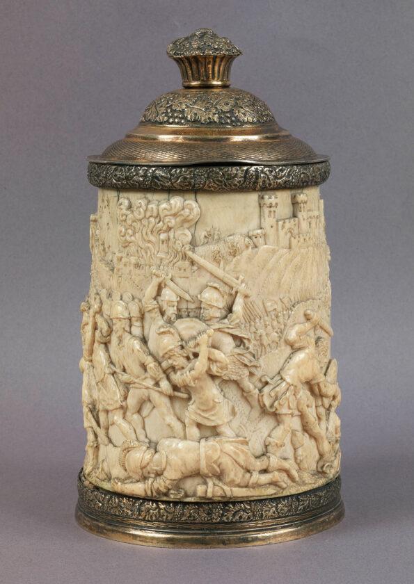 Cilindro in avorio scolpito raffigurante scena di battaglia con montatura in argento inglese Giorgio III