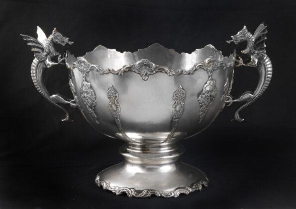 Coppa in argento con manici a forma di draghi alati