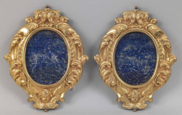 Coppia di cornici in bronzo dorato con placche in lapislazzuli