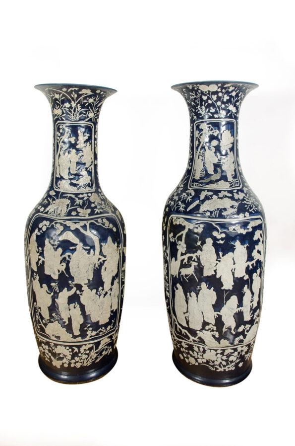 Coppia di vasi bianchi e blu raffiguranti scena di vita di genere cinese