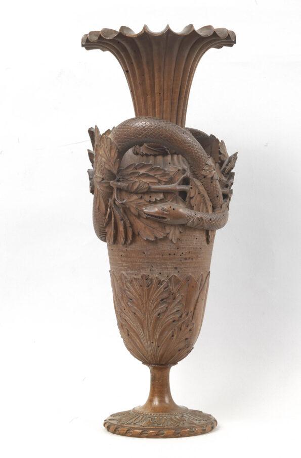Vaso in legno di pero interamente intagliato a motivi vegetali e animale